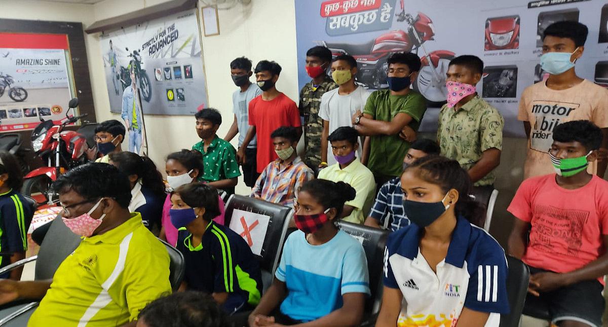 सिमडेगा के जूनियर हॉकी खिलाड़ियों को मुंबई के समाजसेवियों का मिला साथ,तो बैंकाक की एक डॉक्टर सिखायेगी अंग्रेजी
