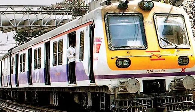 वैक्सीन की दोनों डोज ले चुके यात्रियों के लिए मुंबई में शुरू हुई लोकल ट्रेन, लोगों ने फैसले का किया स्वागत