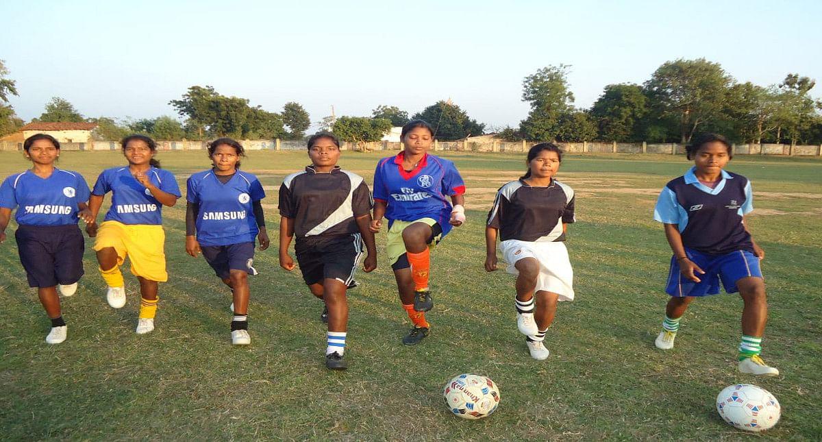 खरसावां के अर्जुना स्टेडियम में प्रैक्टिस करती जिला के महिला फुटबॉल खिलाड़ी.