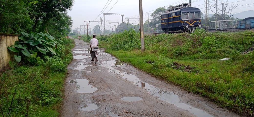 झारखंड के इस रेलवे स्टेशन का एप्रोच पथ ऐसा कि राह चलना मुश्किल, यात्रियों की ये है पीड़ा