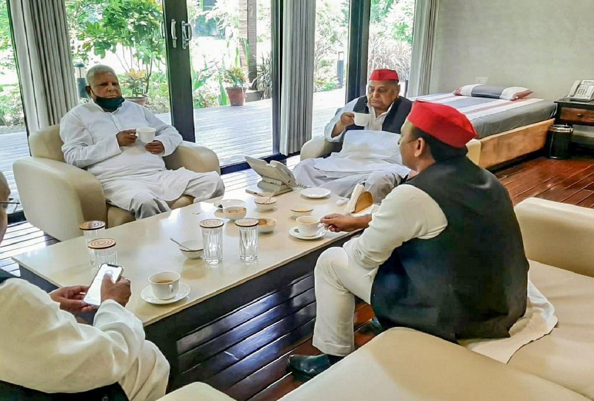 दिल्ली में लालू यादव और मुलायम सिंह की चाय पर चर्चा, अखिलेश भी रहे साथ, तसवीरें की साझा
