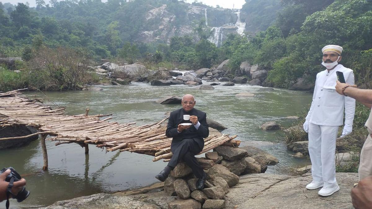 हुंडरू फॉल में लकड़ी की पुलिया पर बैठकर चाय का आनंद लेते राज्यपाल रमेश बैस.