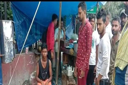 पुलिसवालों की शर्मनाक करतूत, गरम चाय से भरी केतली मासूम पर फेंकी