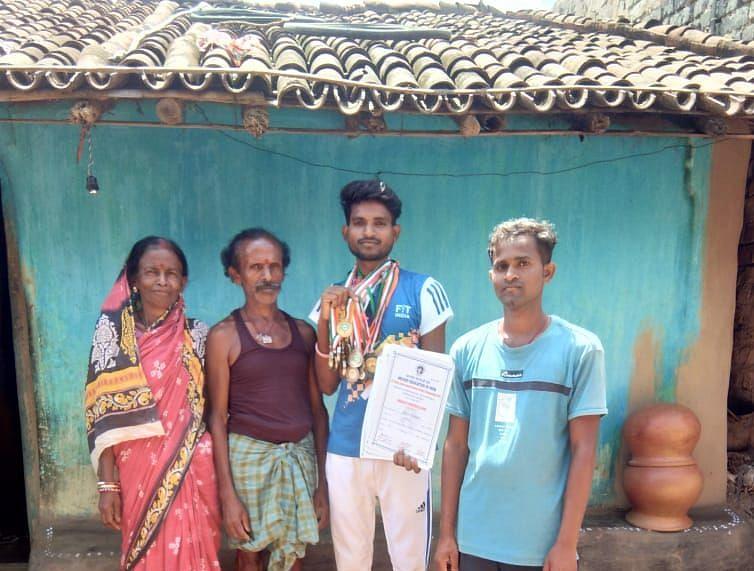 National Sports Day 2021:तीरंदाजी छोड़ मिट्टी के बर्तन बना रहा झारखंड के सरायकेला का धनुर्धर शिव कुमार कुंभकार