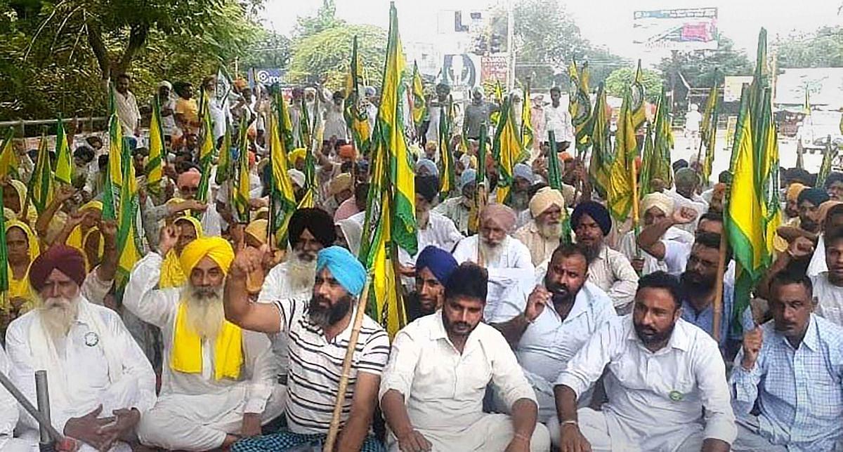 करनाल में किसानों पर लाठीचार्ज के बाद खट्टर को सत्ता में रहने का अधिकार नहीं, शिव सेना ने बोला हमला