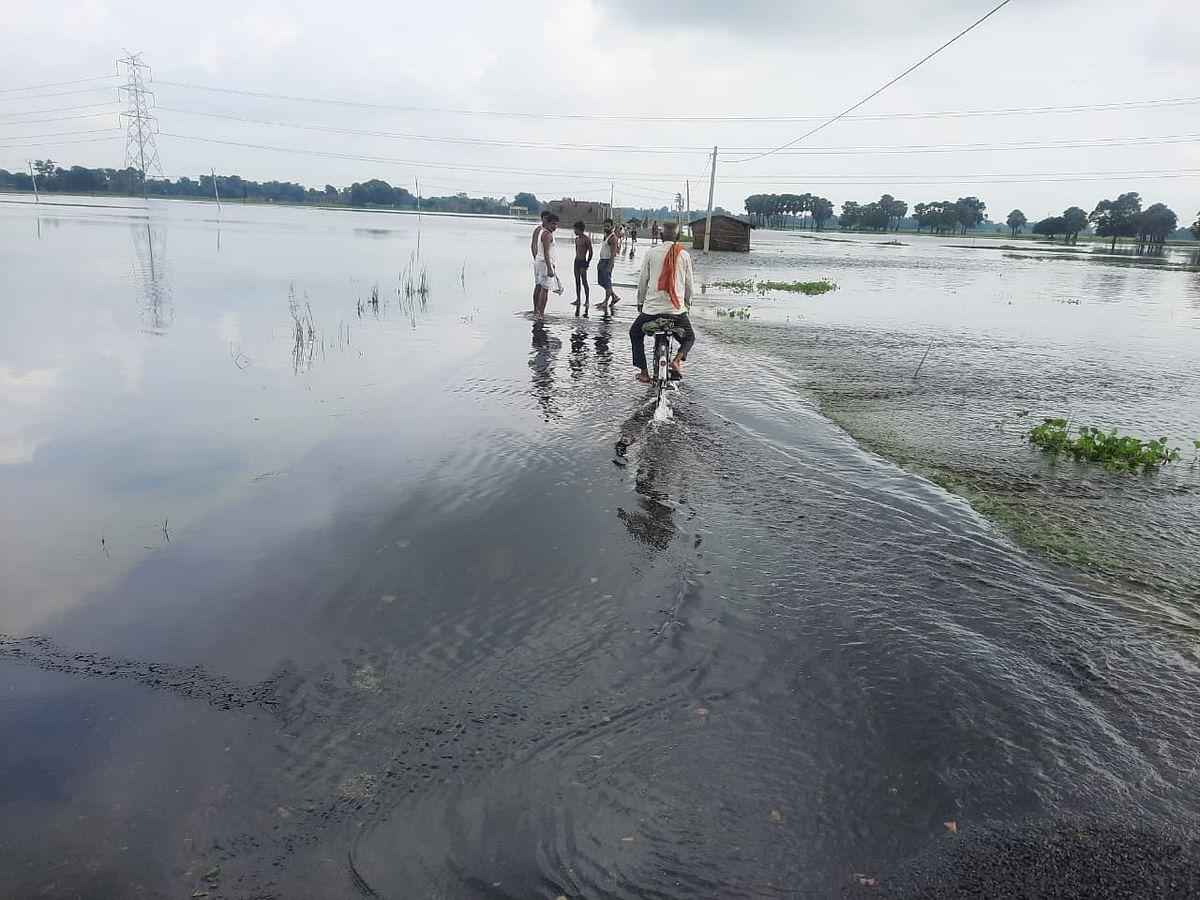 Flood In Bihar: सड़कों पर तीन फुट चढ़ा बाढ़ का पानी, मुजफ्फरपुर में लाखों आबादी का रोड कनेक्शन टूटा, देखें तस्वीर