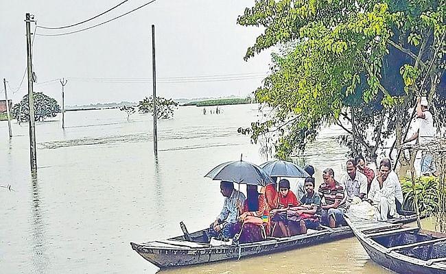 Bihar Flood: बिहार में फिर गहराया बाढ़ का संकट, कटाव से नदी में समाये दर्जनों घर, नदियों में उफान से तबाही