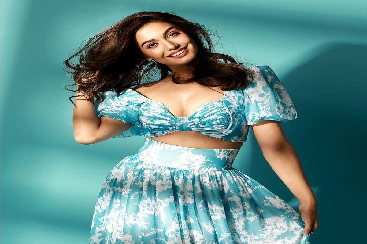 Bigg Boss फेम Divya Agarwal ने टी लेंथ ड्रेस में करवाया फोटोशूट, दिलकश अदाओं से फैन्स के उड़ाए होश