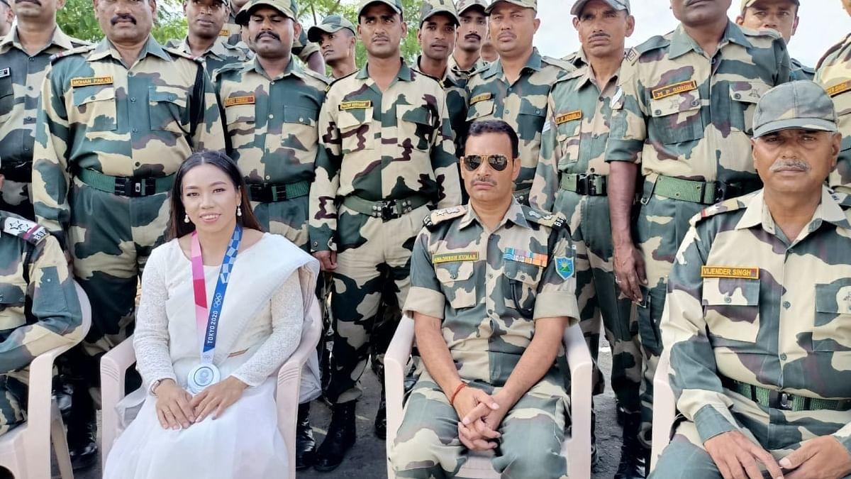 बॉर्डर पर BSF जवानों से मिलने पहुंची मीरा बाई चानू, जवानों को दिखाया अपना सिल्वर मेडल