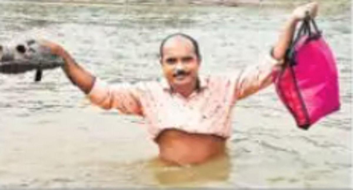 पाकुड़ के टीचर सुरेश प्रसाद का शिक्षा के प्रति गजब का जुनून, हर रोज नदी पार कर जाते हैं बच्चों को पढ़ाने