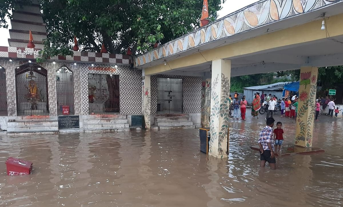 मंदिरों में घुसा बाढ़ का पानी