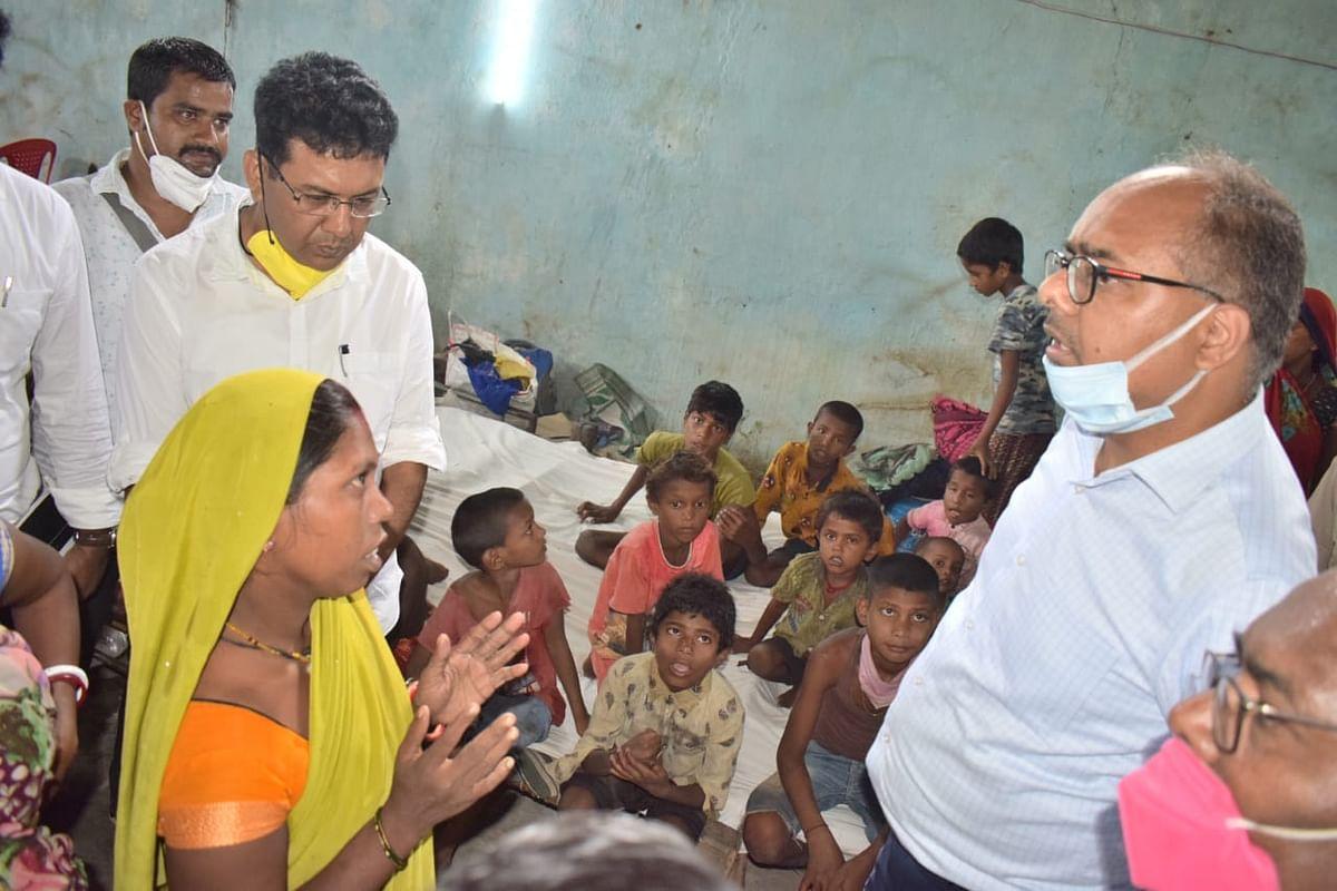 बाढ़ प्रभावित क्षेत्र में पीड़िता से बात करते पटना के डीएम