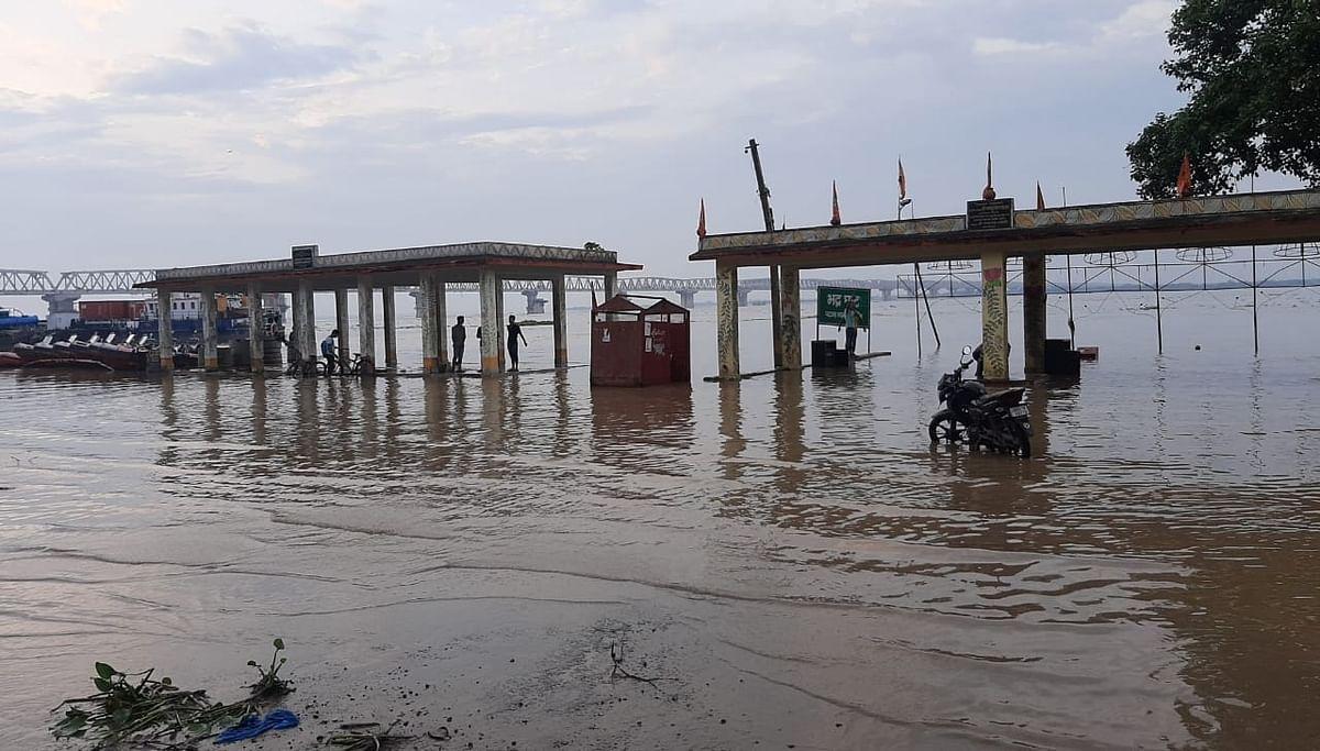 बाढ़ की पानी से जलमग्न हुए पटना के घाट