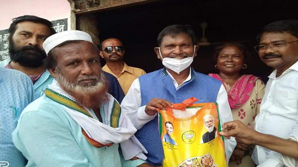 केंद्रीय मंत्री अर्जुन मुंडा ने खरसावां में PM गरीब अन्न योजना के लाभुकों के बीच बांटे राशन