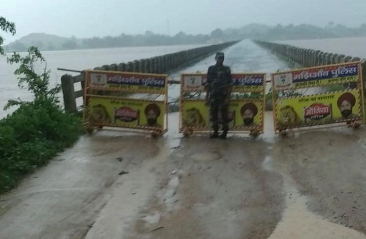 भारी बारिश से कोयल नदी में बाढ़, झारखंड के गढ़वा-पलामू को जोड़ने वाले पुल के पिलर में आयी दरार, आवागमन पर रोक