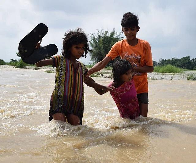 लगातार बढ़ रहे जल स्तर के कारण लोग अपने घर छोड़ने को मजबूर हो गए हैं