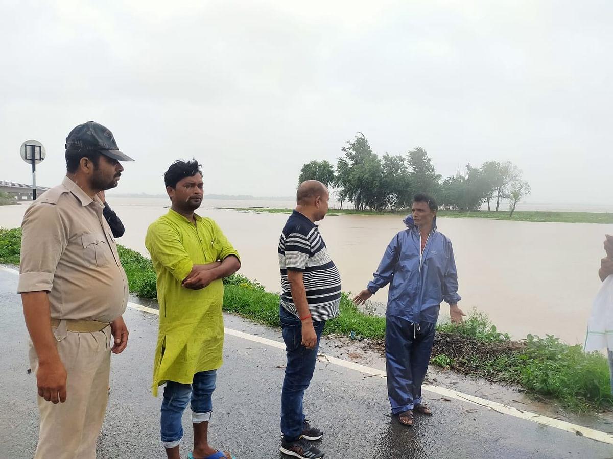 भारी बारिश के बाद स्थिति का जायजा लेते अधिकारी