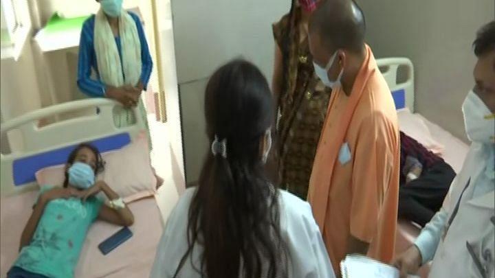 सीएम योगी पहुंचे फिरोजाबाद, डेंगू और वायरल फीवर से पीड़ित बच्चों से की मुलाकात, अधिकारियों को दिए सख्त निर्देश