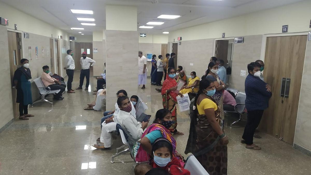 देवघर एम्स के ओपीडी में डॉक्टर्स को दिखाने का इंतजार करते मरीज.