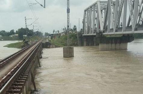 Indian Railways: बारिश की वजह से इन ट्रेनों के रूट बदले, कई शार्ट टर्मिनेट, यहां देखें पूरी लिस्ट