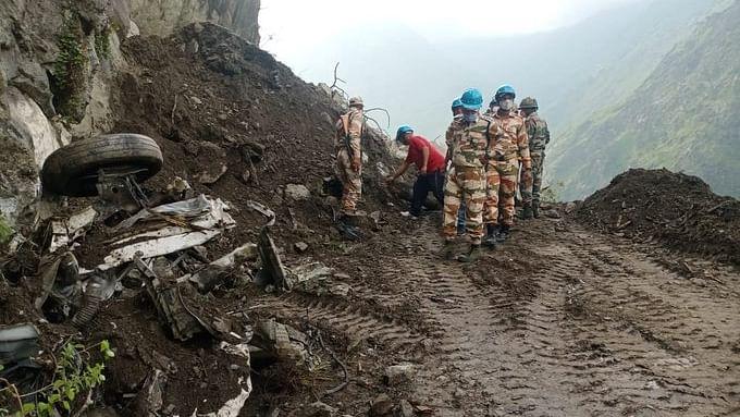 दिल दहला देने वाली है किन्नौर हादसे की तस्वीरें, चट्टान और मलबे से पिचक गई बस, 13 लोगों की मौत, अभी भी कई फंसे