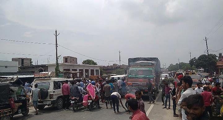 बिहार में बाढ़ के बीच यूरिया की किल्लत, बगहा में नाराज किसानों ने NH 727 को किया घंटों जाम