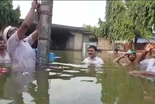 वैशाली में बाढ़ पीडितों ने नाव पर फहराया झंडा, खगड़िया में पानी में खड़े होकर लोगों ने दी झंडे को सलामी