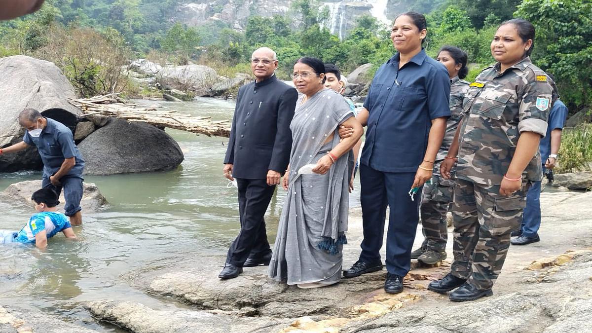 झारखंड के राज्यपाल रमेश बैस सपरिवार पहुंचे रांची के हुंडरू फॉल, बच्चों ने की खूब मस्ती, देखें Pics