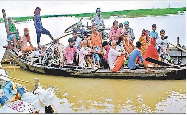 PHOTOS: बिहार में घरों के सामने चल रही नाव, बेघर हुए सैकड़ों परिवार, तसवीरों में देखें पलायन और बाढ़ की तबाही