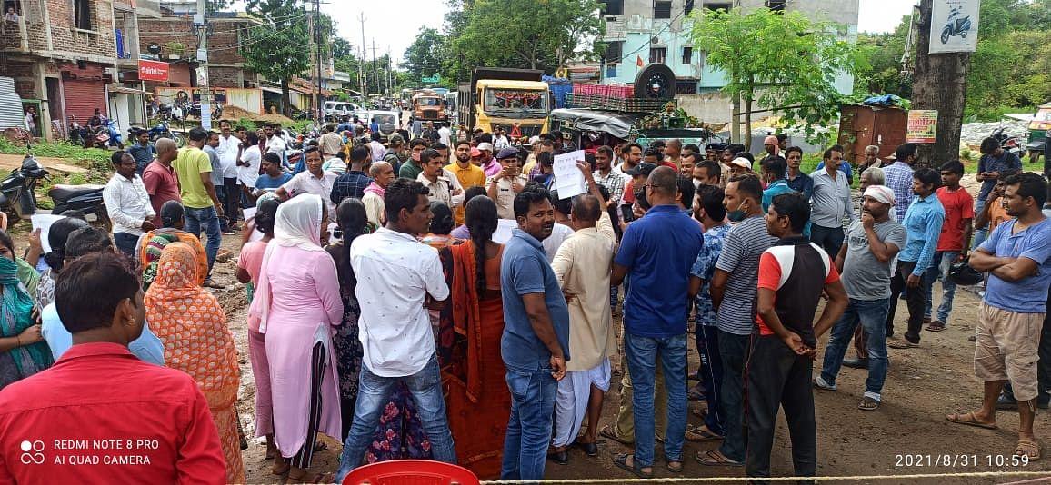 Jharkhand News : सड़क व नाली निर्माण की मांग को लेकर एनएच जाम, गुमला में फंसी रहीं गाड़ियां, ऐसे हटा जाम