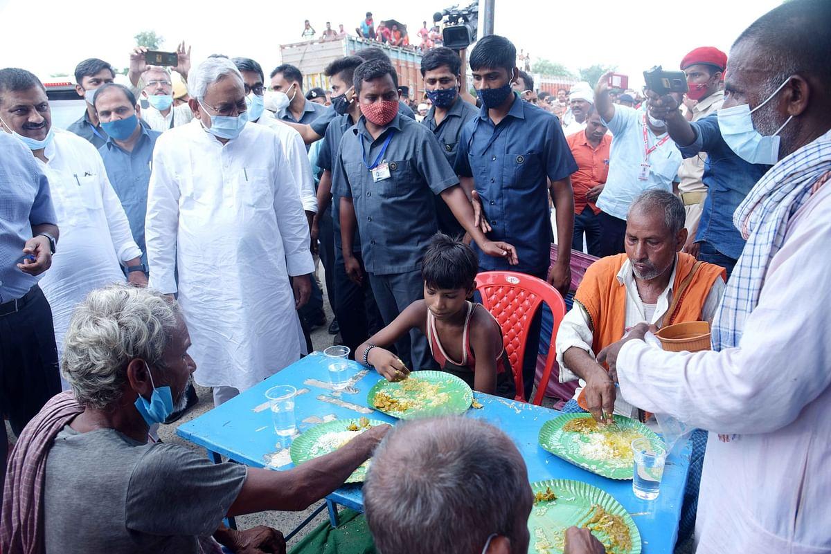 बाढ़ग्रस्त लोगों से मिलने सारण पहुंचे नीतीश कुमार, सामुदायिक रसोई से लेकर बांधों की सुरक्षा तक का लिया जायजा