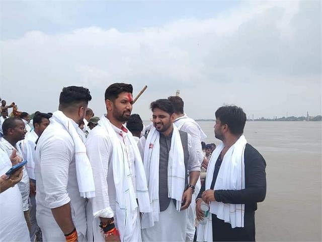 नाव पर सवार होकर बाढ़ पीड़ितों से मिलने पहुंचे चिराग, बोले राघोपुर के साथ हो रहा सौतेला व्यवहार