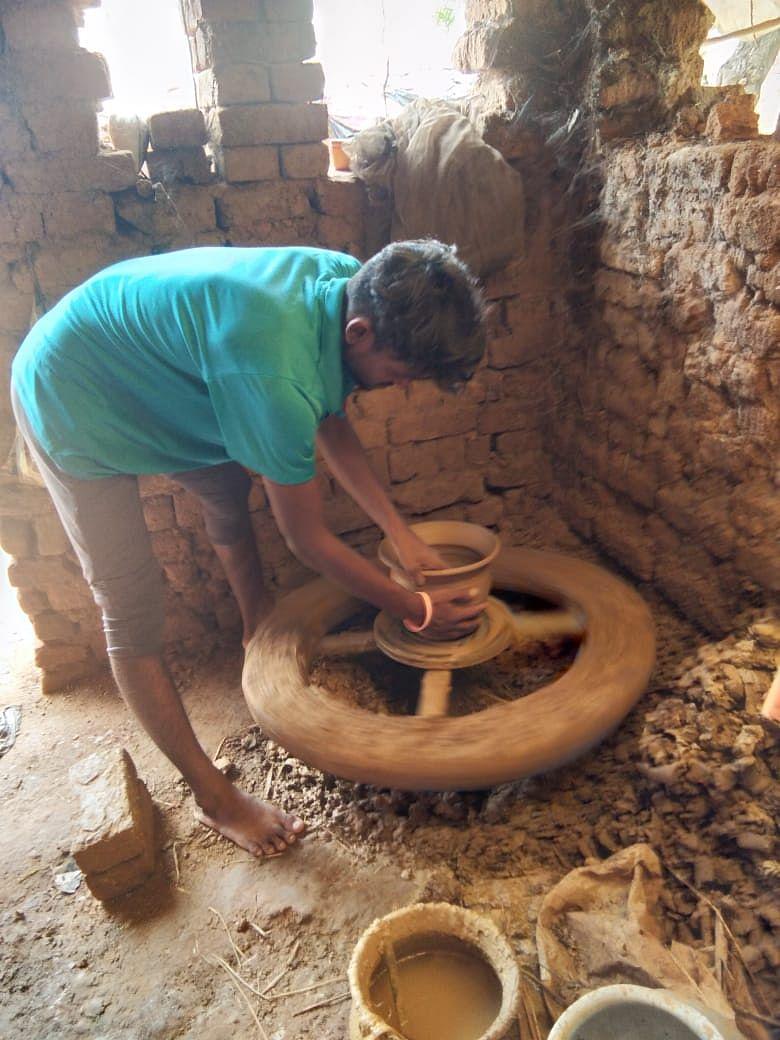 मिट्टी के बर्तन बनाता तीरंदाज शिव कुमार कुंभकार