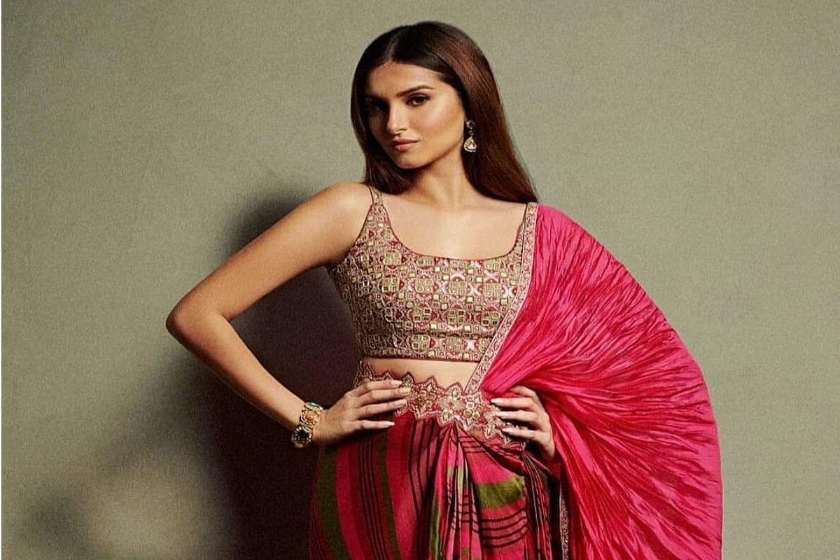 Tara Sutaria ने ₹45k की चेरी रेड प्री-ड्रेप्ड सैटन-सिल्क साड़ी में दिखाई कातिलाना अदाएं, देखें Viral Photos