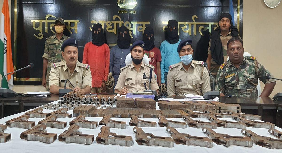 दुमका के पत्ताबाड़ी में मिनी गन फैक्ट्री का खुलासा, अवैध हथियार बनाने के मामले में 4 आरोपी गिरफ्तार