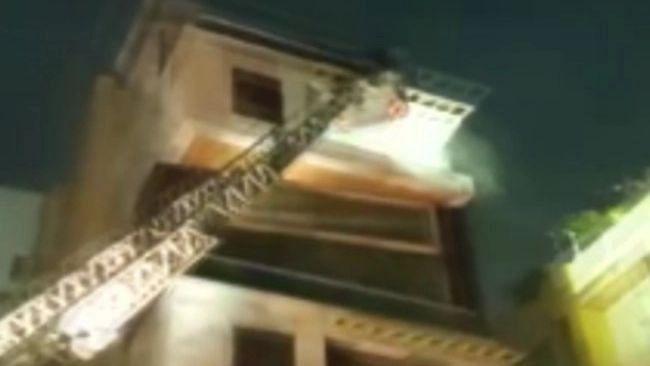 Maharashtra News: मुंबई के खार इलाके में नूतन विला बिल्डिंग में लगी भीषण आग, तीन लोगों को बचाया गया