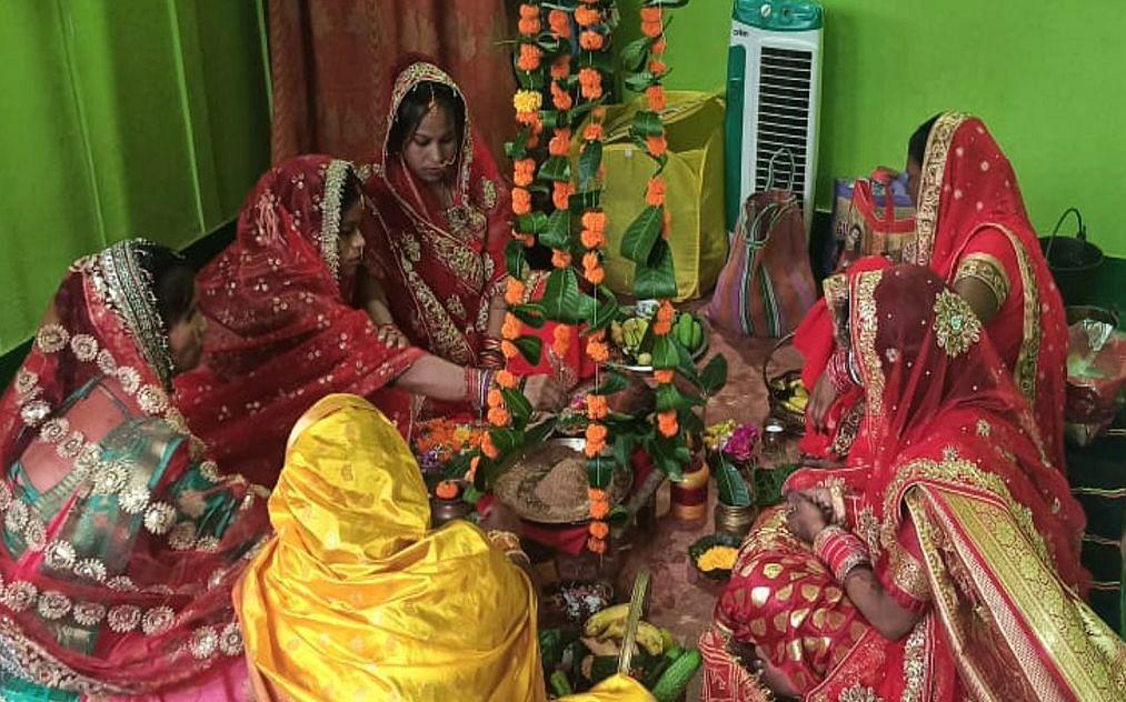 Hartalika Teej 2021 : झारखंड में हरतालिका तीज पर अखंड सुहाग की कामना के लिए पूजा कर रहीं सुहागिन महिलाएं