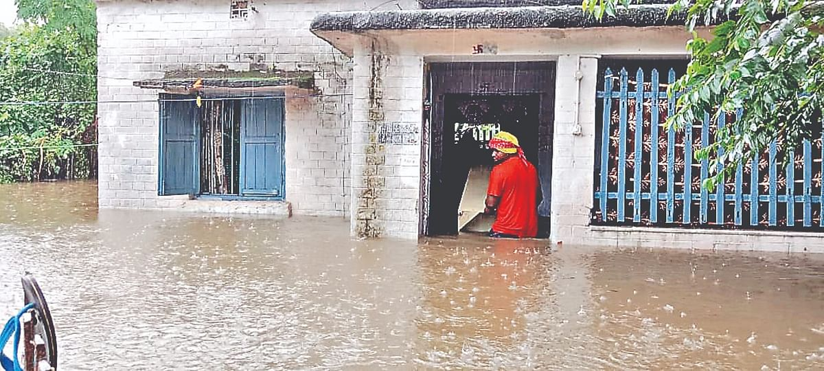 Heavy Rain in Asansol: सामान बचाने में जुटे रहे लोग