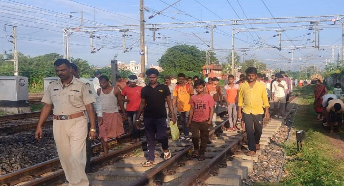 Bihar News: चलती ट्रेन के आगे कूदा प्रेमी जोड़ा, युवती की मौत, गंभीर हालत में जख्मी युवक को भेजा गया अस्पताल