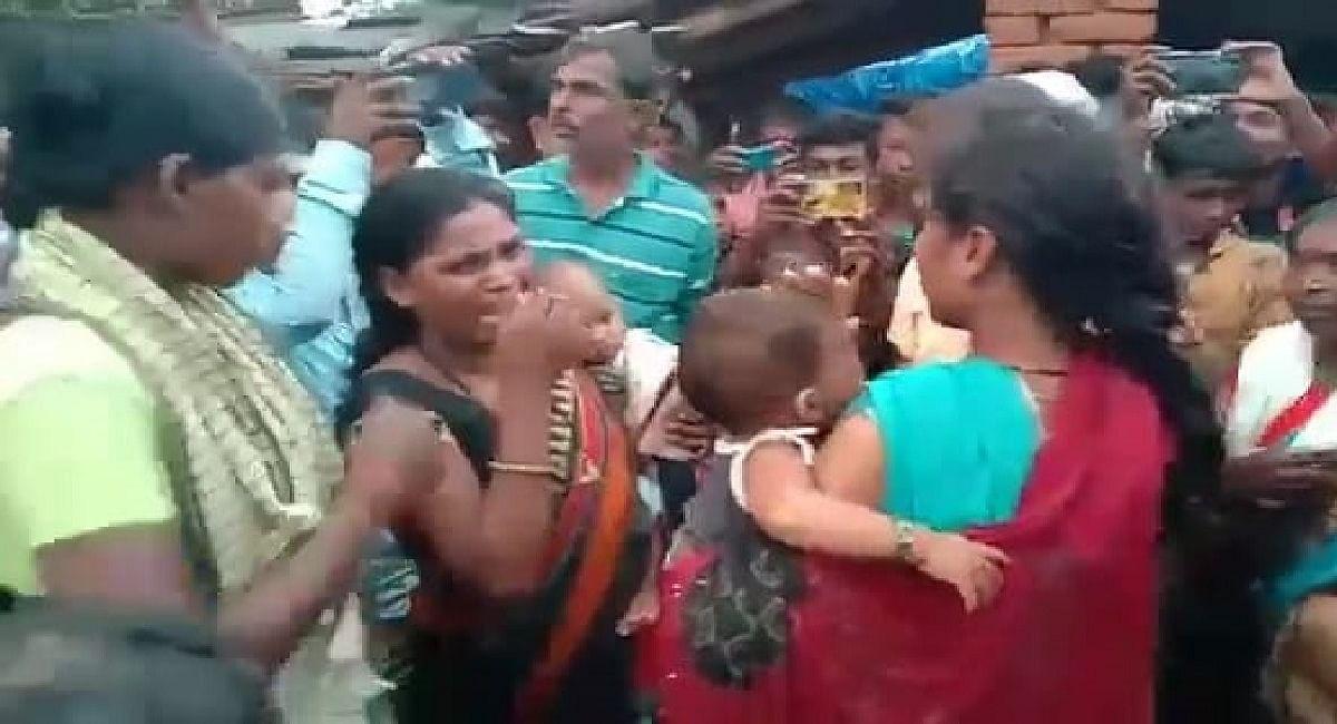 Jharkhand News : झारखंड में उग्र भीड़ ने 2 महिला चोरों को पीटा व बाल काटे, ली गयीं हिरासत में
