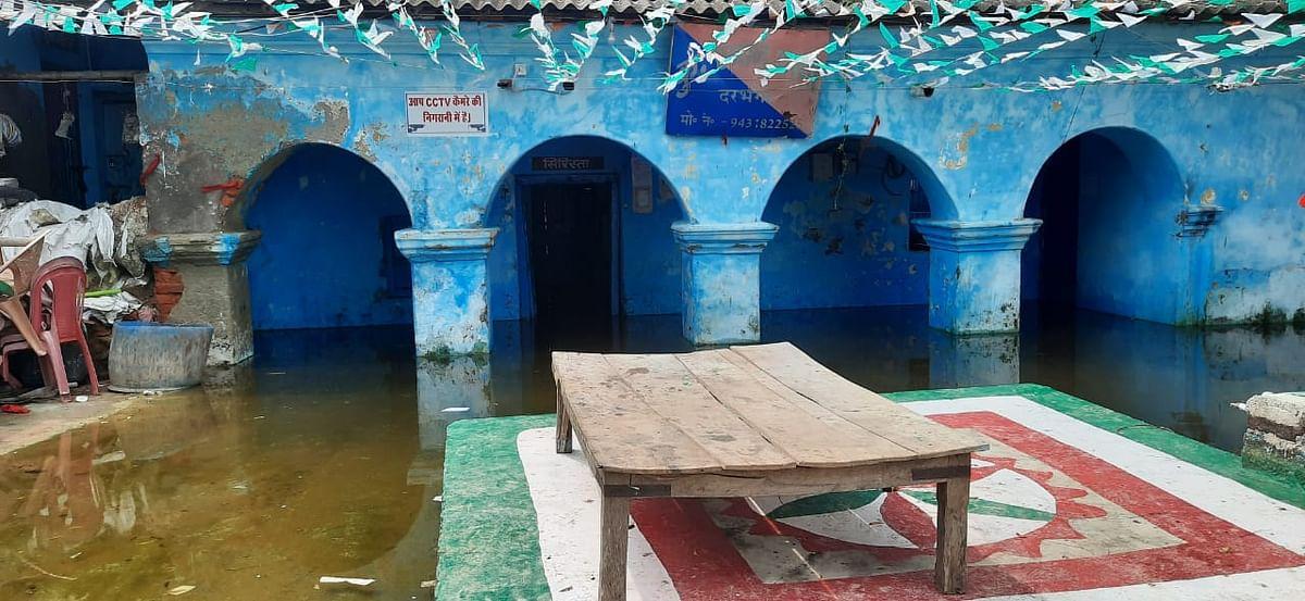 पांच फीट पानी में डूबा बिहार का ये पुलिस थाना, शहरों में घुस गया बाढ़ का पानी
