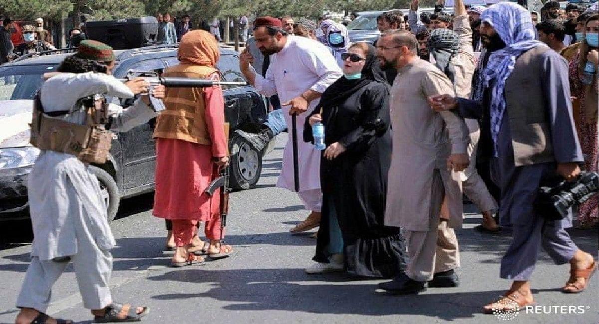 Afghanistan Crisis: तालिबान ने पत्रकारों की बेरहमी से की पिटाई, महिलाओं पर भी बरसाये कोड़े