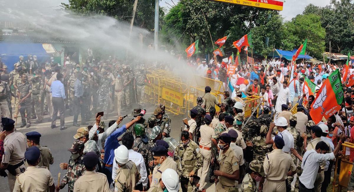झारखंड विधानसभा का घेराव करने पहुंचे BJP कार्यकर्ताओं ने तोड़ी बैरिकेडिंग, पुलिस ने किया वाटर कैनन का प्रयोग