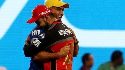 IPL 2021: हार के बाद विराट कोहली ने धोनी को लगाया गले, माही के साथ स्पेशल बॉन्डिंग तस्वीरें हुईं वायरल