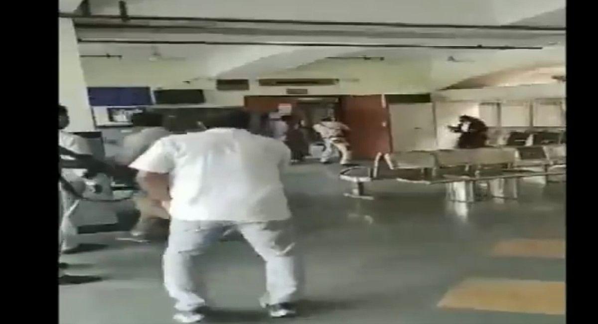 Delhi Court Shootout: दिल्ली के रोहिणी कोर्ट में गैंगवार, कुख्यात अपराधी जितेंद्र गोगी समेत 3 की मौत, Video