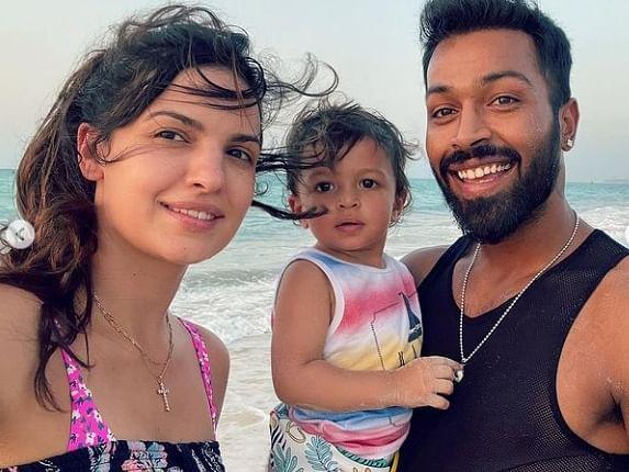 IPL 2021: समुद्र किनारे पत्नी नताशा के साथ मस्ती करते नजर आये हार्दिक पांड्या, तस्वीरें वायरल