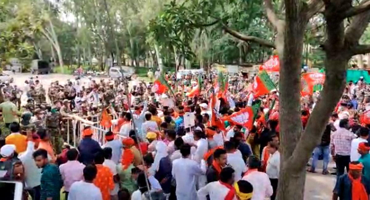 जगह-जगह बैरिकेडिंग कर BJP कार्यकर्ताओं को आगे बढ़ने से पुलिस ने की रोकने की कोशिश.