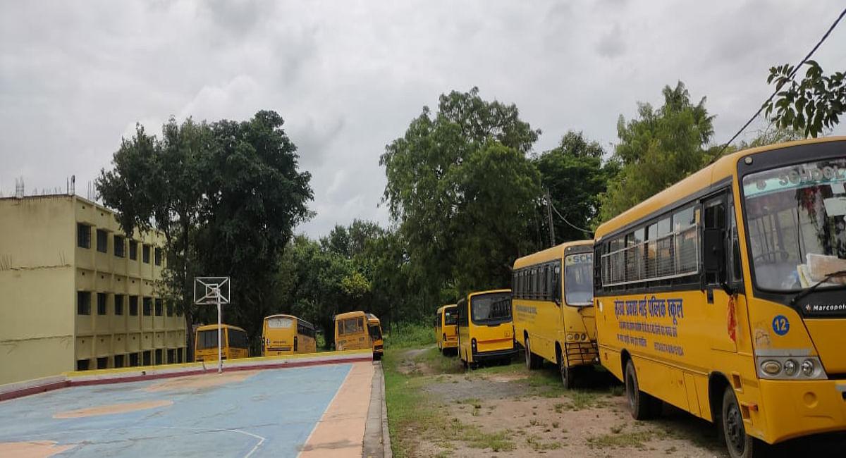 Jharkhand News: ढाई साल से स्कूलों में खड़ी बसों के नहीं चलने से मालिक परेशान, डिप्रेशन के हो रहे शिकार
