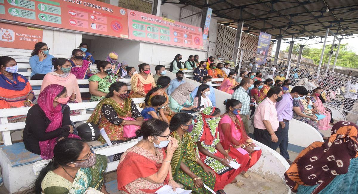 जमशेदपुर के कीनन स्टेडियम में रात्रि कोरोना वैक्सीन सेंटर की हुई शुरुआत, जानें कब तक मिलेगा टीका