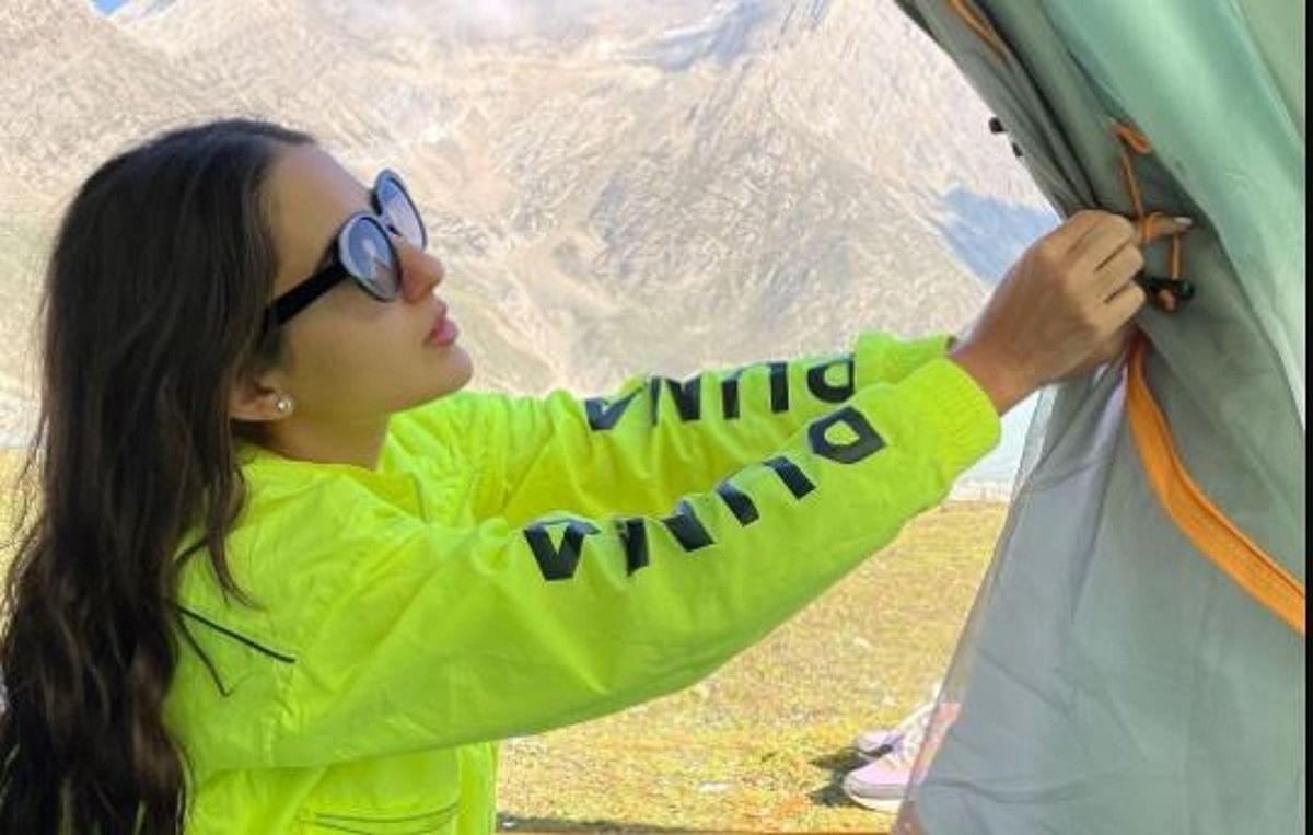 कश्मीर पहुंचीं सारा अली खान
